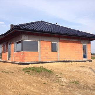 dom z zamontowanymi oknami